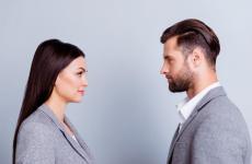 Un homme et une femme de profil face à face